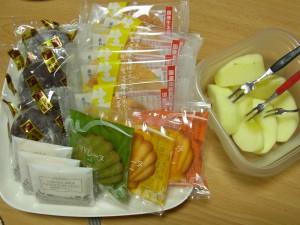4種類のお菓子とリンゴです。