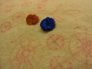 オレンジと青い花が並んで可愛く刺せてあります。