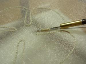 花びらの輪郭通りにワイヤーを置いて、ジグザグに糸を刺します。
