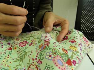 レーヨン糸4本どりで花の輪郭を刺しています。美しい縄模様が表現されています。