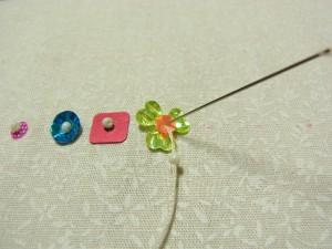 カップ型スパンコールとービーズの間に針を入れ、(スパンコールの穴の大きさ)そのまま糸を引き抜きます。