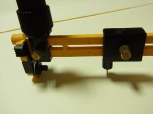 軸のピンを固定し刃物上部にある黒い部分を持って、コンパスと同じ要領でグルグル回しながらカットしていきます。