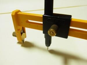 軸ピンを固定し、その上の黒い部分を持ってグルグル回しながらカットしていきます。