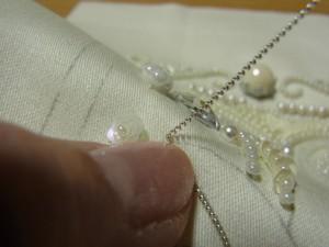 角のところに爪を置き、それを軸にワイヤーを手前に折り曲げます。