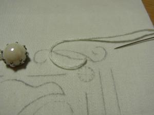 パティングをする為に、刺繍糸6本どりでチェーンステッチをします。裏側から針を出します。