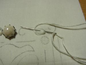 糸で輪を作りその中に、生地を5㎜程すくった針を入れます。
