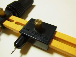 軸ピンの上にあるつまみ(ゴールド)を緩めて左右に動かし、半径の長さを決めます。