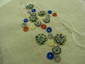 刺繍糸№8でアウトラインステッチをしています。円形型、二重円の花も刺してあります。