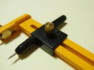 軸ピンのことろにあるつまみ(ゴールド)を緩めて、左右に動かし長さを決めます。