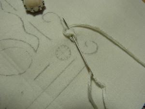 また糸で輪を作り、一つ目のチェーンステッチに針を入れて生地をすくいます。