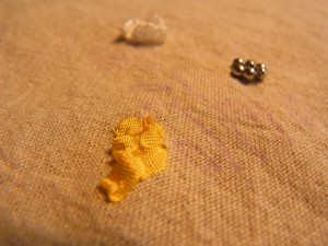 立体的な白い花とリボン刺繍(ジャパニーズステッチ)の黄色い花が刺してあります。