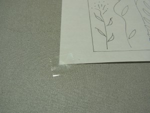 アイロン台に図案紙をテープで固定します。