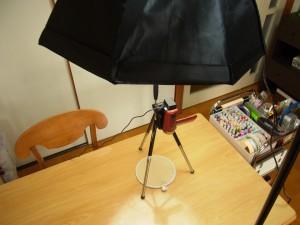 照明機材の傘のような部分を、ビデオカメラの真上にセットします。
