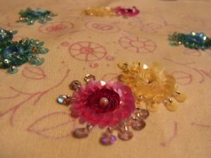 ピンク、ブルー、オフホワイトの同心円の花が完成です。