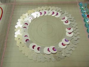 花型スパンコールで外側を刺してから、次に内側の円を刺しtれいます。