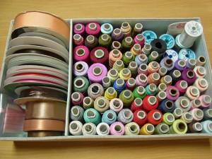 レーヨン糸とポリエステル糸を分けて箱に収納してあります。