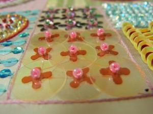 円形と花型、花型とカップ型を組み合わせたパーツを、ビーズで止めます。