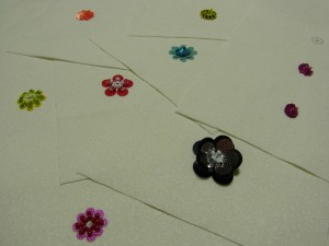 初級のテクニックで刺した8種類の花があります。主に、スパンコールを使っています。