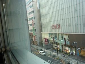 新宿校の窓から見える景色は、大きなビル群です。