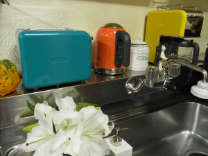カラフルな家電です。トースター、ポット、コーヒードリップです。