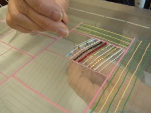 糸刺繍でチェーンステッチを刺しています。