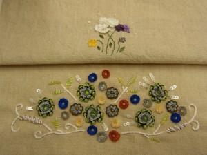 花畑のような刺繍です。大小の花が沢山刺してあります。