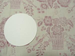表にしたい生地に型紙と同じ円を描きます。