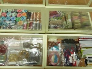 メタル糸、モール、リボン、ブレードなどに分けて収納してあります。