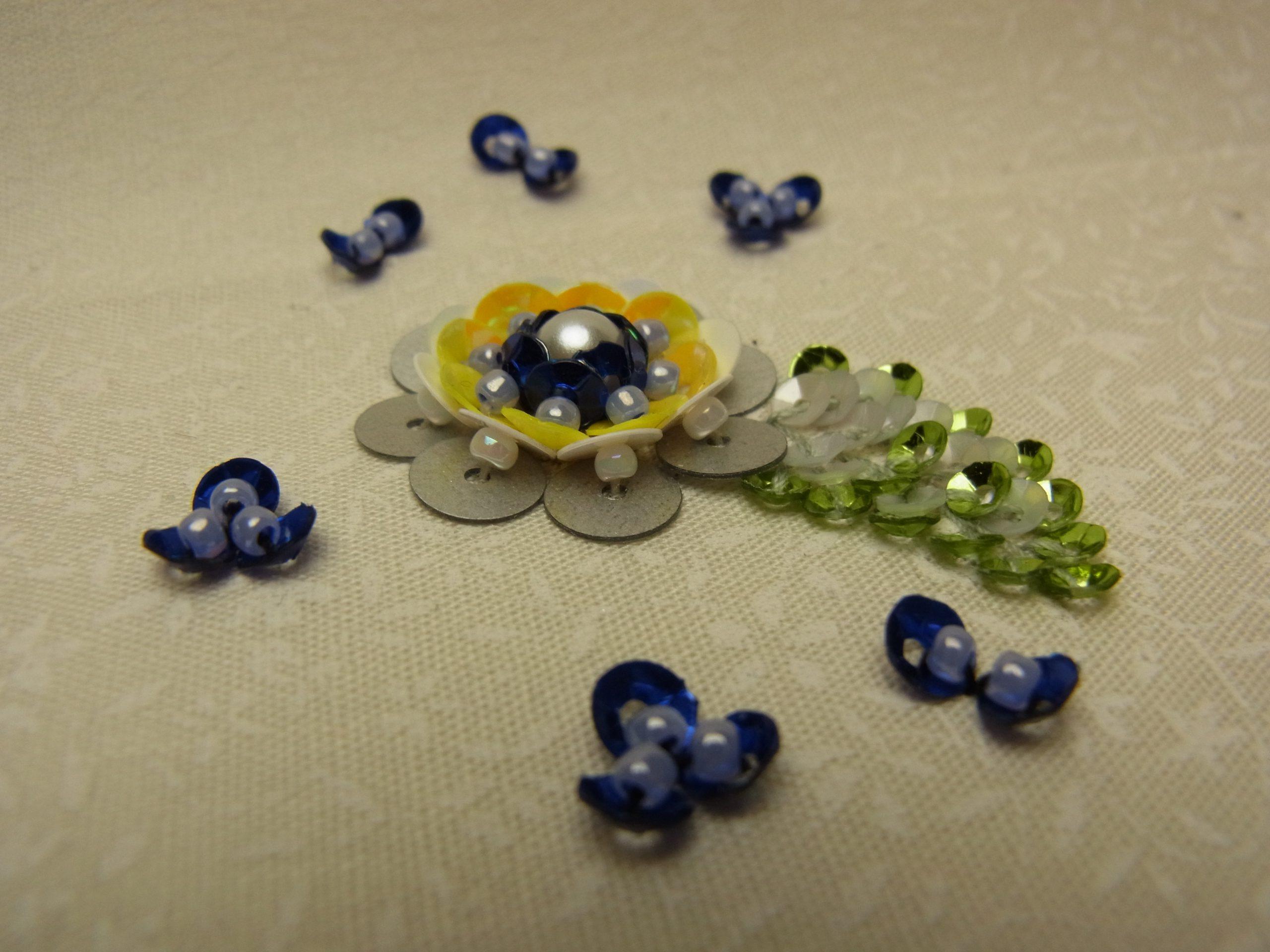 スパンコールを使った、同心円の花が完成。小さいスパンコールで葉っぱも刺しました。