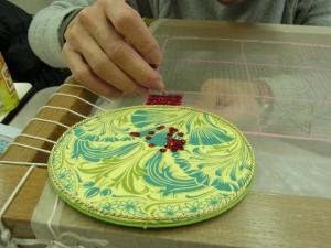 糸刺繍で輪郭を刺してから、フラット型スパンコールを横方向に刺しています。生地がバランスよく綺麗に張れています。図案線も歪んでいないですね!