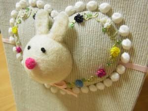 ウサギの顔の周りをビーズ刺繍で囲っています。