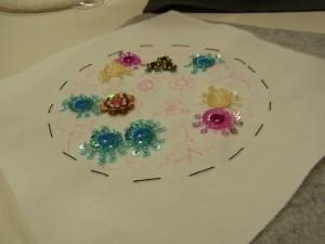 スパンコールを使った同心円の花と紫の小花が完成!他のピンク、ブルーの花も可愛いです。