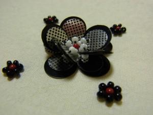 黒とシルバードットを組み合わせた、トップホールの花です。