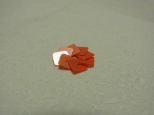 スクエア型のスパンコールを使って、円形に刺した花です。