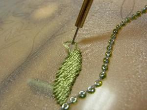 レーヨン糸2本どりで、斜め方向に刺していきます。
