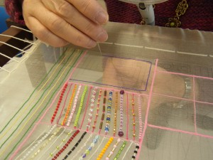 糸刺繍で角を直角に曲がる練習です。長方形をぐるぐる刺しています。
