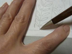転写したい部分を、動かないように左手で押さえます。