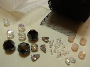 コサージュの材料です。ゴムインベルを本体にして、クリスタル、ガラスビーズなどがあります。