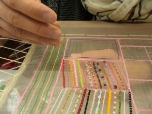 長方形を、糸刺繍で外側から内側に向かって刺し進んでいきます。直角がきちんと刺してあります。