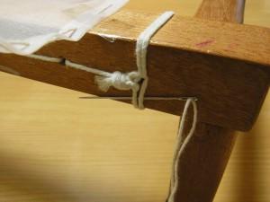 木枠の横棒にある糸部分に針を通しこのまま引き抜きます。