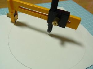紙を円形にカットしています。