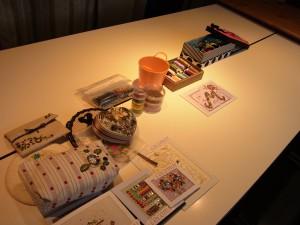 レッスンの為の準備です。テーブルの上に糸やサンプル品が並んでいます。