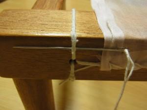 横棒の糸部分に針を通します。