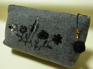 5種類の花が刺繍されているグレーのポーチです。