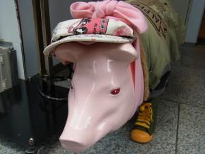ピンクの豚の置物です。靴を履いて可愛いお洋服を着ています。