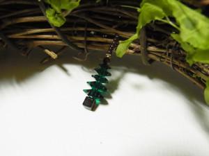 花型のビーズを5段重ねた小さなツリーを、揺れるように飾っています。