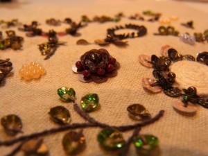コードを使った、様々な花の刺繍があります。