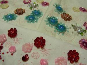 赤やピンクのスパンコールで作った、花が沢山刺してあります。
