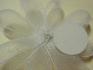 ビーズを縫いとめた糸が隠れる位置に、円形を置きます