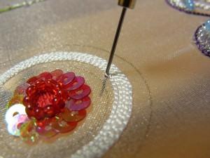 大きな花の中程に、糸刺繍のチェーンステッチ円形に刺していきます。